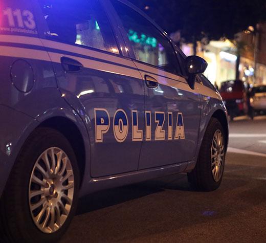 macchina-polizia-notte-evidenza