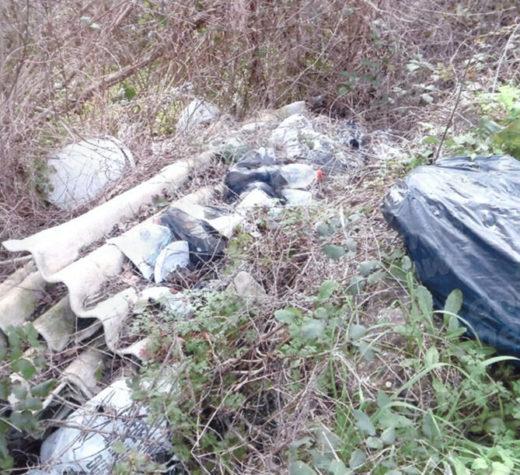Contursi Terme: rifiuti speciali abbandonati nei terreni. Scatta l'esposto al Comune