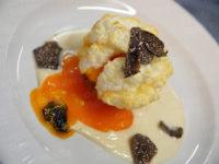 Al Magic Hotel uovo soffice al tartufo nero su fonduta al parmigiano e pane nero