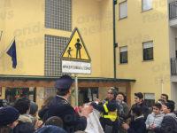 A Vietri di Potenza il segnale stradale contro il bullismo all'ingresso della scuola