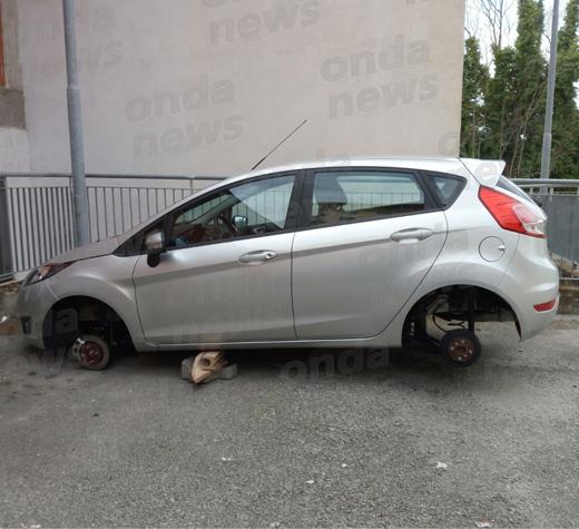 Sala Consilina: parcheggia l'auto in via Giocatori e la ritrova senza le ruote