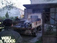 Sant'Arsenio: incendio in un deposito, in fiamme un autocarro. Intervengono i Vigili del Fuoco