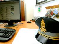 Vendono armi bianche online. Sequestrati 6000 tra manganelli, spray urticanti, Taser e cartucce