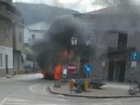 Atena Lucana: auto in fiamme in pieno centro cittadino. Intervengono i Vigili del Fuoco