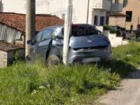Auto si schianta contro un palo della luce tra Trinità e Silla. Feriti due ragazzi di Teggiano