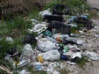 Sala Consilina: rifiuti abbandonati lungo la strada nelle campagne di Trinità