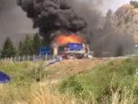 Fumo nero e denso sulla SS598. Camion in fiamme nei pressi di Marsico Nuovo