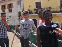 Frana di San Rufo. I giovani migranti ringraziano i cittadini per l'ospitalità spalando il fango
