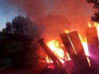 San Gregorio Magno: capannone industriale va a fuoco nella notte. Paura tra i residenti