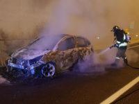 Auto in fiamme in galleria sull'A2 tra Sicignano e Contursi. Intervengono i Vigili del Fuoco