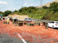 Camion perde carico di pomodori lungo l'autostrada A2 a Polla