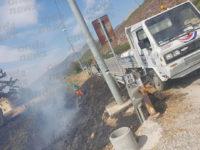 Atena Lucana: a fuoco un terreno lungo la Strada Statale 19 a pochi metri dalle abitazioni