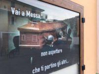 Pochi fedeli a Messa e il prete li provoca con un ironico manifesto funebre. Polemica nel Cilento