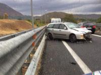 Incidente sull'A2 a Sicignano. Sbattono con l'auto contro il guardrail e fuggono a piedi