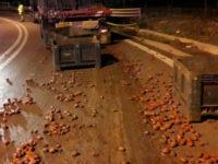 Camion perde carico di pomodori allo svincolo dell'A2 di Contursi Terme