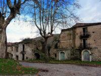 Fabbricati a rischio crollo all'interno di Roscigno Vecchia. Il Sindaco chiude il borgo rurale