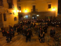 Un'emozionante fiaccolata a Vietri di Potenza per ricordare le vittime di femminicidio