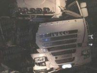Scontro tra due tir sull'A2 tra Contursi e Sicignano. Feriti due camionisti