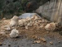 """Cadono massi lungo """"Serra Arenosa"""" a Vietri di Potenza.Disagi sull'arteria che collega al Vallo di Diano"""