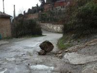 Maltempo. A Sala Consilina cade un masso lungo la strada a causa delle forti piogge