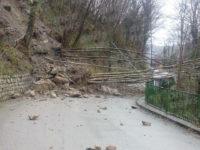 Maltempo. Sassi e alberi lungo la S.P. 16 tra Casaletto Spartano e Tortorella