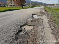 Allarme buche sulle strade del Vallo di Diano. I cittadini amareggiati chiedono maggiore sicurezza