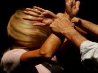 Calci e pugni in faccia alla moglie dopo una discussione. Marito violento denunciato a Battipaglia