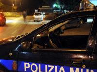 Trovato in auto con una prostituta, 45enne di Roccadaspide tenta di investire agenti della Municipale