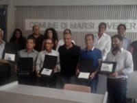 Il sindaco di Marsicovetere Cantiani consegna una targa a cinque dipendenti comunali andati in pensione