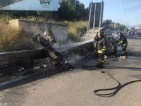 Scontro tra auto e moto allo svincolo dell'A2 di Contursi. I mezzi prendono fuoco, grave il centauro