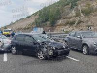 Scontro tra auto sull'A2 del Mediterraneo ad Eboli. Due persone ferite