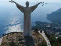 Coppia di turisti innamorati imbratta con una scritta il Cristo Redentore di Maratea. Denunciati
