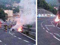 Paura lungo l'A2 a Salerno. Porsche prende fuoco durante il tragitto in autostrada