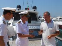Navigazione sicura. Al via la distribuzione dei bollini blu della Guardia Costiera ai diportisti