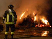 Incendio nella notte a Sanza, rotoballe di fieno in fiamme. Intervengono i Vigili del Fuoco