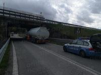 Autocisterna carica di benzina resta bloccata sotto il cavalcavia dell'A2 allo svincolo di Padula