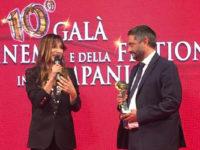 L'assessore Corrado Matera premia Sabrina Impacciatore al Galà del Cinema e della Fiction della Campania