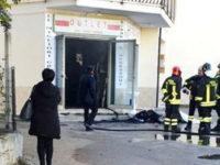 Negozio in fiamme a Villa d'Agri. Intervengono i Vigili del Fuoco