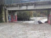 Maltempo. Disagi a Brienza per la piena del torrente Pergola, auto resta intrappolata nell'acqua