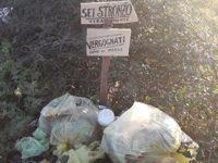 """""""Sei uno str…!"""". Tra Atena Lucana e San Pietro al Tanagro cartelli contro chi abbandona rifiuti"""