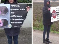 Attivisti vegani ad Atena Lucana per fermare i camion con gli animali diretti al macello