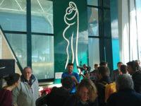 """Lo scultore originario di San Rufo Alejandro Marmo dona l'opera """"L'abbraccio"""" all'aeroporto di Fiumicino"""