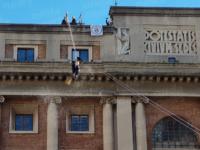 A Salerno la Befana scende dal tetto del Palazzo di Città tra coriandoli e caramelle