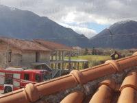Tetto di un'abitazione in fiamme a Teggiano. I Vigili del Fuoco evitano il peggio