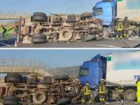 Scontro tra camion sull'A2 tra Campagna ed Eboli. Un mezzo si ribalta, feriti i conducenti