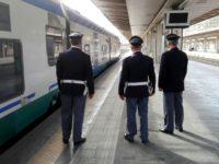 Minaccia i passeggeri sul treno brandendo una bottiglia di vetro. Straniero fermato a Battipaglia