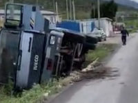 Camion si ribalta lungo la Strada Provinciale 195 ad Eboli e perde il carico