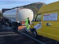 Cisterna di benzina rischia di andare a fuoco sull'A2 tra Sala Consilina e Atena.Autista evita il peggio