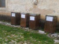 Rifiuti nel cortile della Certosa di Padula. Dopo la segnalazione installati contenitori per la raccolta