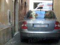 Momenti di panico a Sant'Arsenio. Donna guida contromano e si scontra con auto in sosta